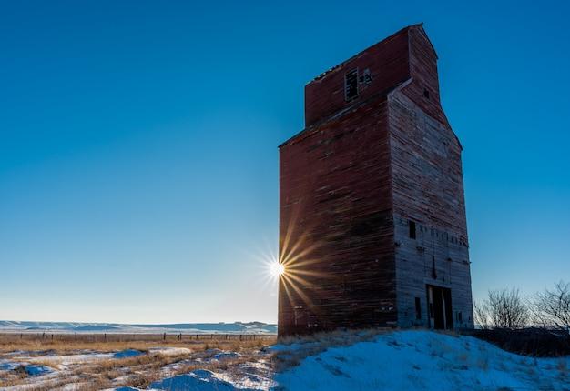 Sunburst à l'élévateur à grain historique à neipath, saskatchewan, canada