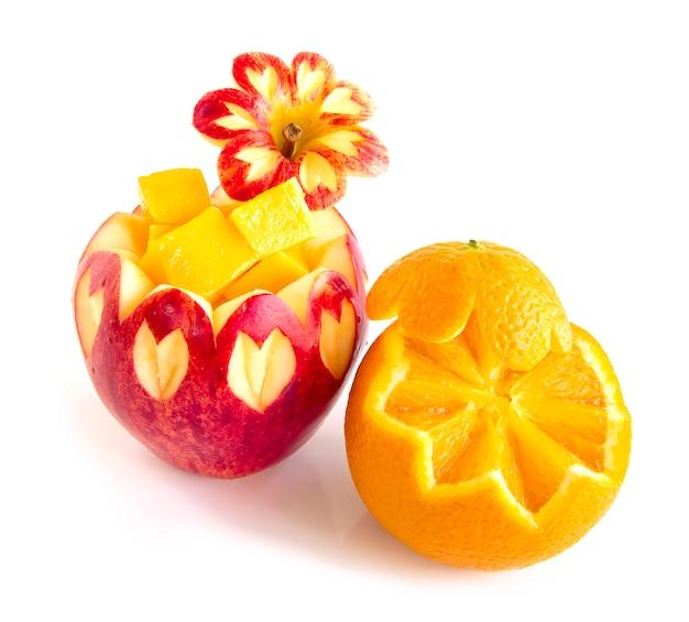 Sunkist orange et pomme rouge sculpté dans un fruit de style mangue cube