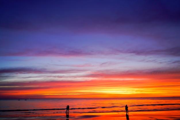 Sunset sky background sur la plage en été
