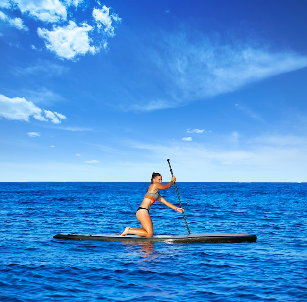 Sup stand up surf girl avec paddle