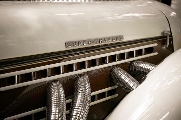 Super chargé. moteur rétro avec les mots super chargés.