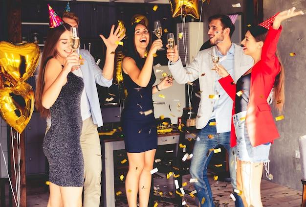 Super fête avec les meilleurs amis. une compagnie d'amis très positifs s'amuse lors d'une fête