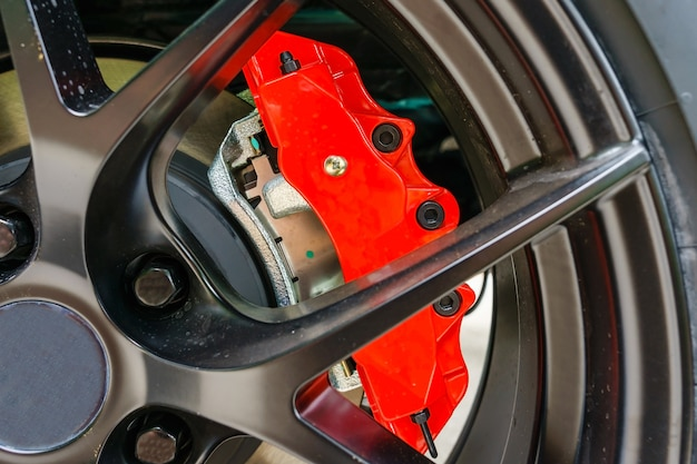 Super freins de voiture. frein à disque. plaquettes de disque, roulement de roue, assemblage d'étrier