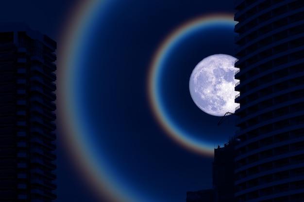 Super fruit blue moon corona back silhouette bâtiment sur le ciel nocturne, éléments de cette image fournis par la nasa