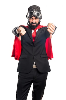 Super-héroïne homme d'affaires faisant mauvais signal