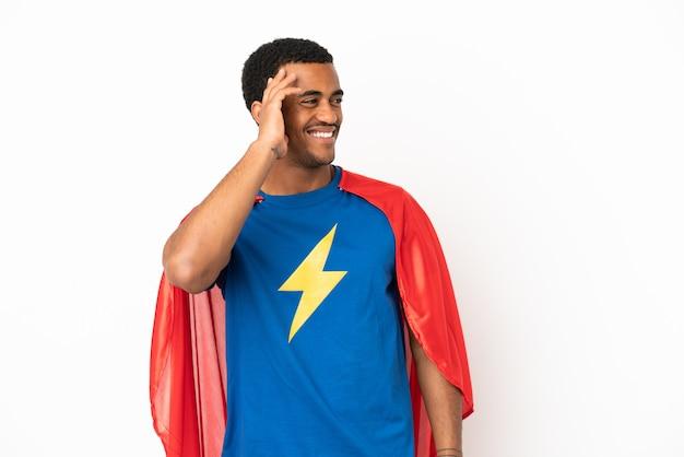 Un super héros afro-américain sur fond blanc isolé a réalisé quelque chose et a l'intention de trouver la solution