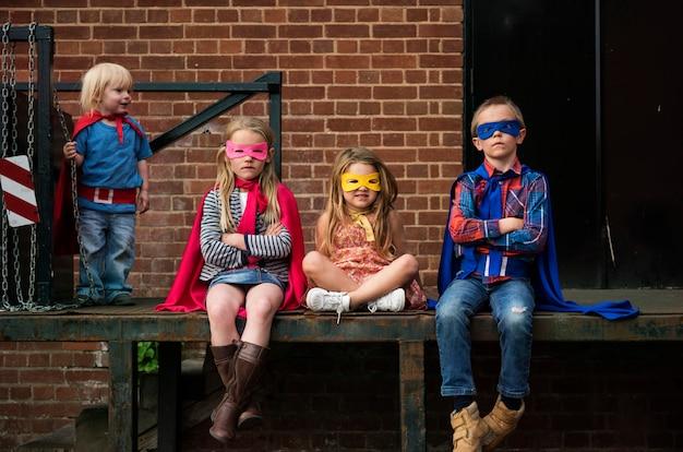 Super-héros enfants amis courageux concept adorable