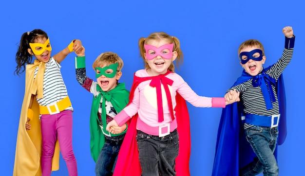 Super-héros enfants amitié sourire bonheur joueur ensemble