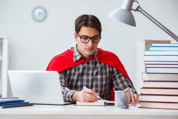 Super héros étudiant avec des livres à étudier pour les examens
