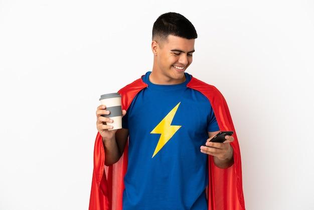 Super héros sur fond blanc isolé tenant du café à emporter et un mobile