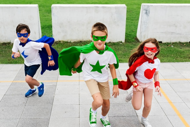 Super-héros garçon fille brave imagination concept
