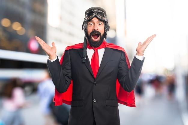 Super-héros homme d'affaires faisant un geste de surprise