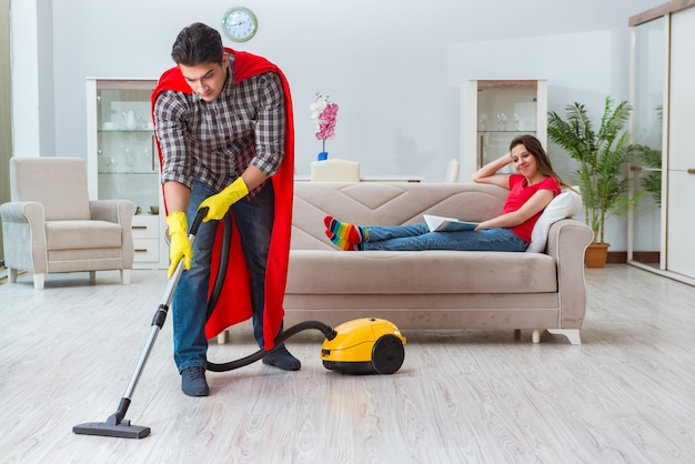 Super-héros mari aide sa femme à la maison