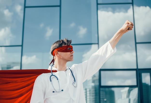 Le super-héros médecin responsable est prêt pour une nouvelle tâche. photo avec un espace de copie.