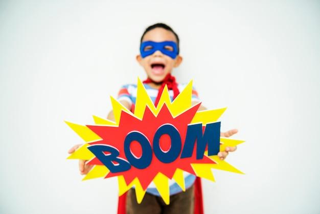 Super-héros petit garçon imagination liberté bonheur concept