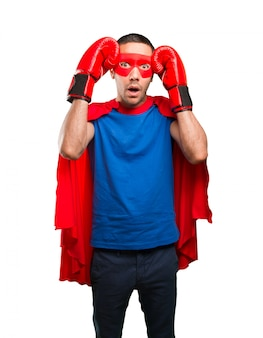 Super-héros surpris avec des gants de boxe