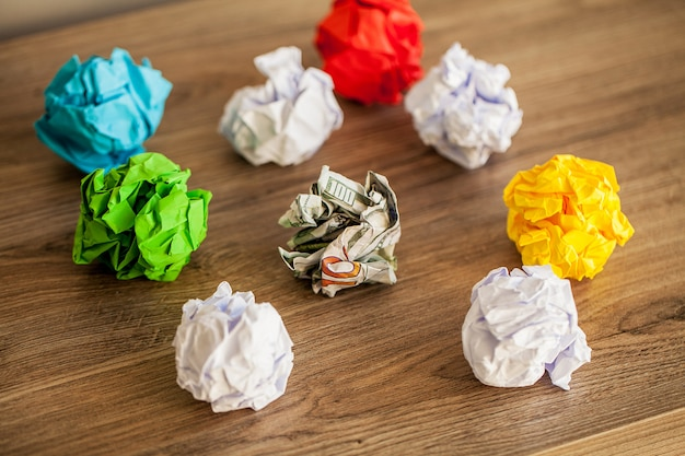 Super idée concept, papier coloré froissé sur une table en bois