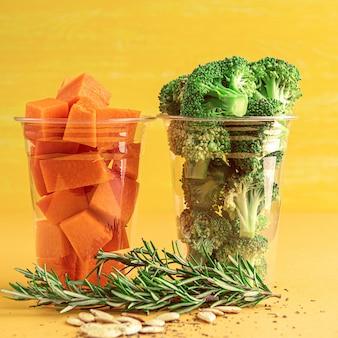Super nourriture. brocoli et citrouille prêts à cuire. aux épices, romarin et graines de citrouille.
