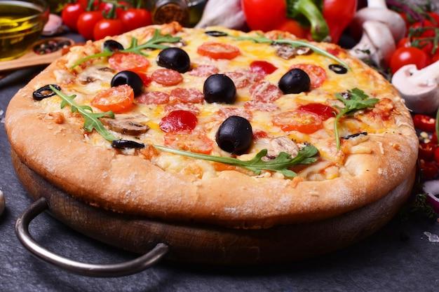 Super pizza aux olives champignons et salami au fromage