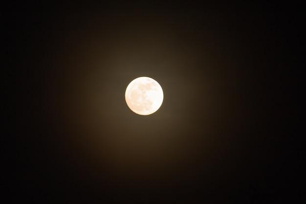 Super pleine lune dans le ciel nocturne, lune bleue ou pleine lune sur le festival