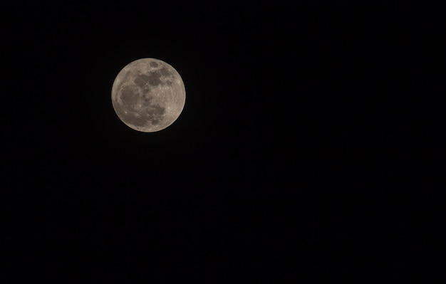 Super Pleine Lune Dans Le Ciel Nocturne Photo Premium