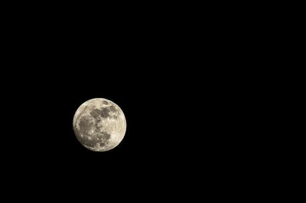 Super pleine lune sur fond sombre