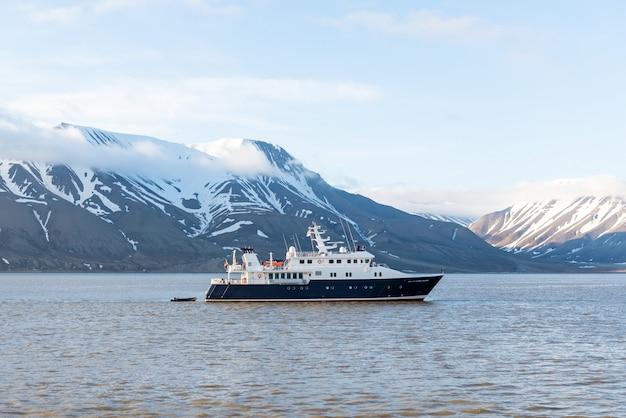 Super yacht de luxe dans la mer arctique près de longyearbyen, archipel du svalbard