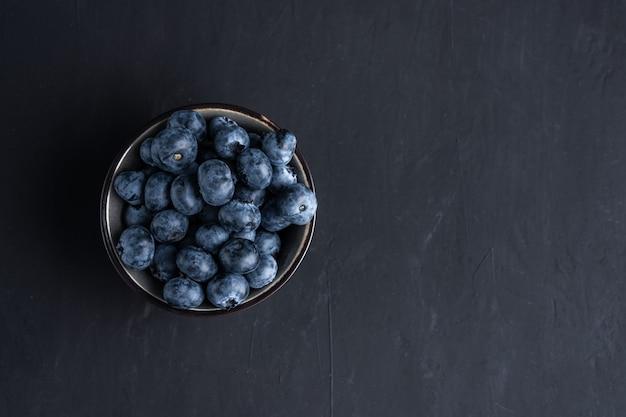 Superaliments organiques antioxydants aux myrtilles dans un concept de bol pour une alimentation saine et une alimentation diététique vue de dessus