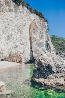 Superbe belle vue magnifique sur la plage blanche tropicale et la mer sur une journée d'été ensoleillée