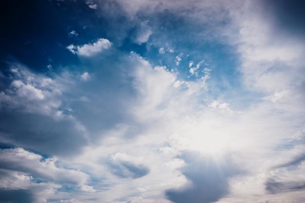 Superbe ciel avec des nuages avec des rayons de soleil un jour automnal, fond de cloudscape.