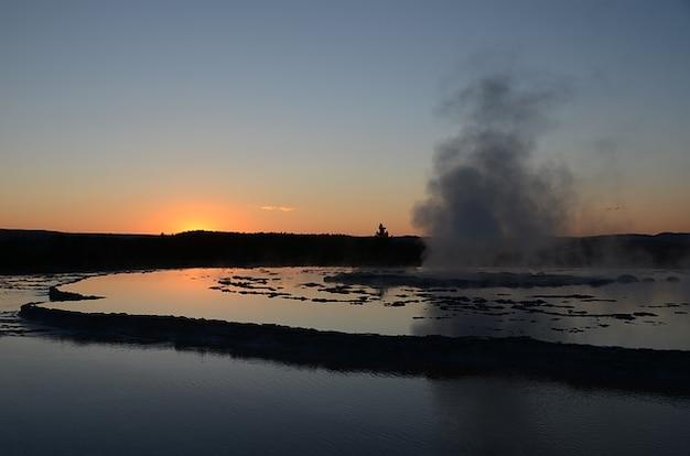 Superbe coucher de soleil yellowstone, wyoming fontaine geyser
