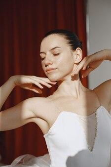 Superbe danseuse de ballet. ballerine à pointe. fille dans un studio de ballet.