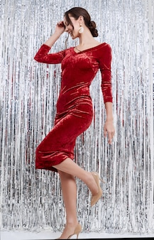 Superbe élégante femme latine brune portant une robe de mode