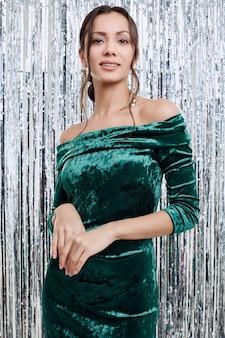 Superbe élégante femme latine brune sensuelle portant une robe de mode
