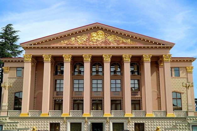 Superbe façade du théâtre dramatique d'état de batoumi, ville de batoumi, géorgie