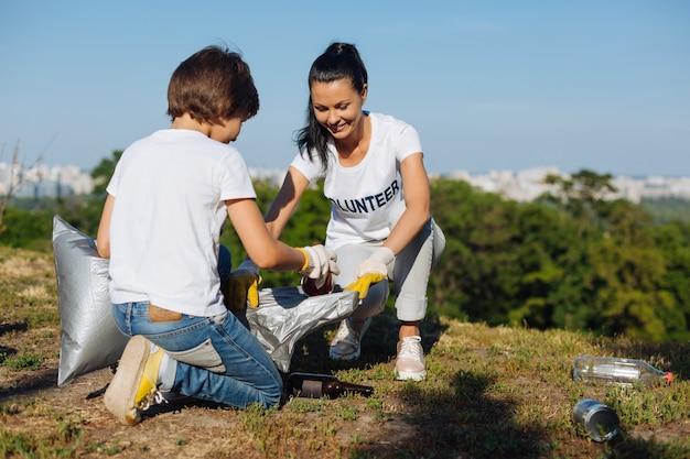 Superbe femme aidant son bénévole