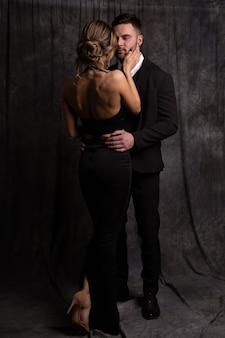 Superbe femme aux cheveux blonds caresse doucement la joue de son homme