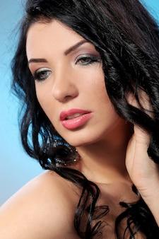 Superbe femme avec beau visage et maquillage