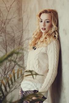 Superbe femme blonde en pull beige