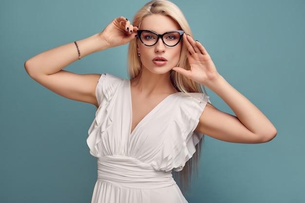Superbe femme blonde sensuelle en robe blanche fashion
