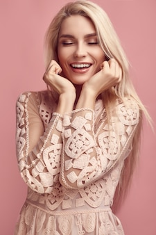 Superbe femme blonde sensuelle en robe rose fashion