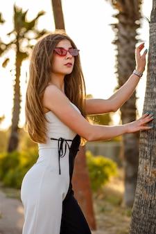 Superbe femme élégante posant en robe noire et blanche
