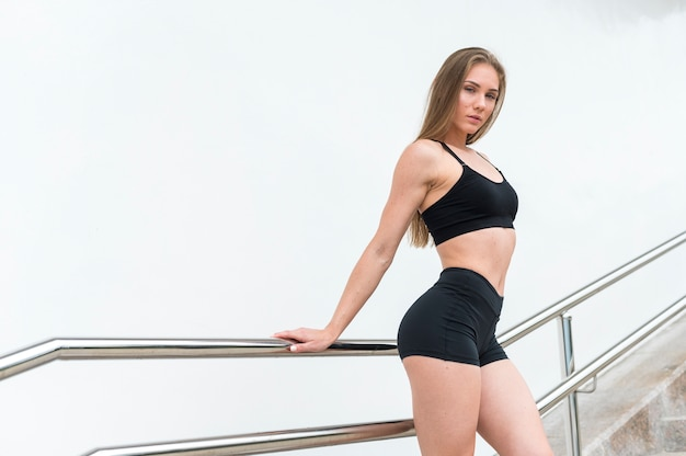 Superbe femme faisant des exercices de fitness tir moyen