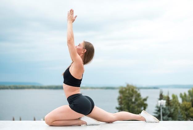 Superbe femme faisant des exercices long shot