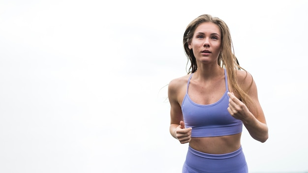 Superbe femme faisant des exercices tir moyen