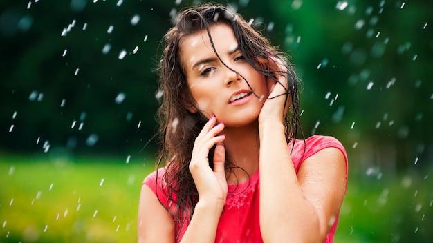 Superbe femme en gouttes de pluie
