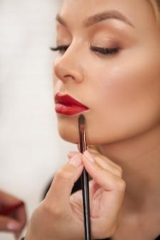 Superbe femme se maquiller professionnel
