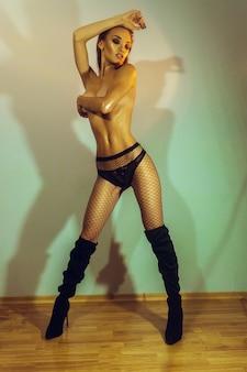 Superbe femme sexuelle avec un beau corps