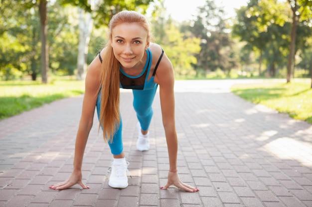 Superbe femme sportive travaillant dans le parc le matin
