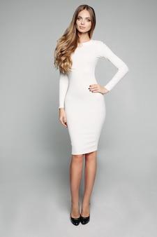Superbe fille blonde en blanc